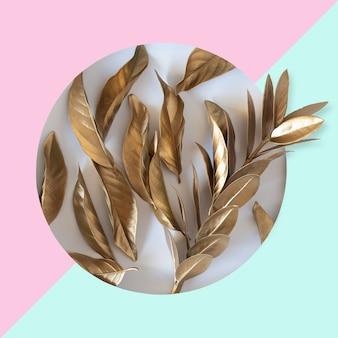 Концепция сообщения вырез из сусального золота, лежа на пастельном розово-синем фоне