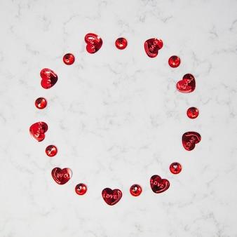 コピースペース、幸せなバレンタインデー、母の日、フラットレイ、上面図と大理石の背景にハートと赤い結晶で作られた円