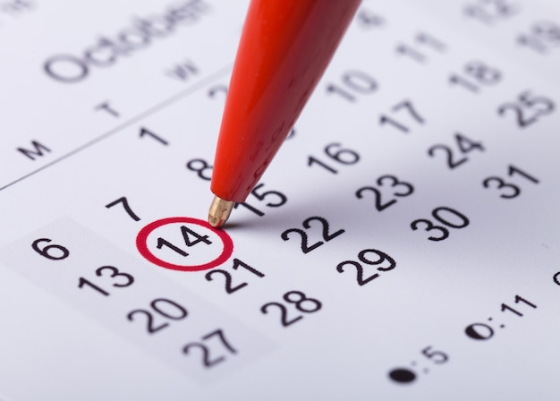 重要な日やリマインダーのカレンダーの概念にマークされた円
