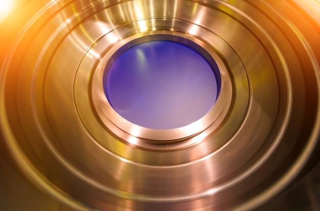 구멍이 있는 원형 메탈 디테일 티타늄 메커니즘.