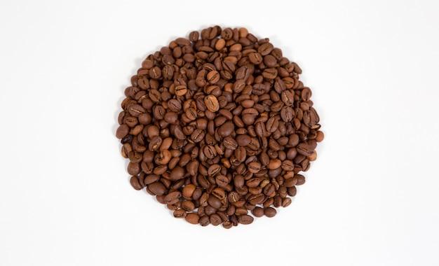 Круг кофейных зерен изолированные