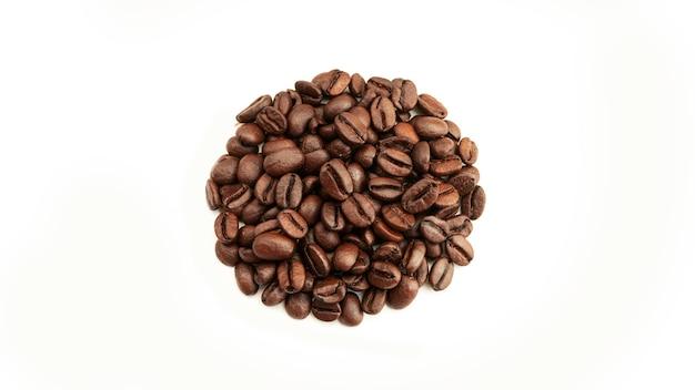 Круг кофейных зерен на белой поверхности