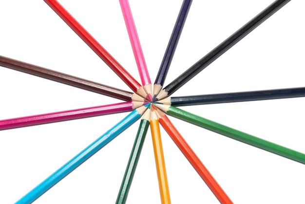 흰색 격리와 색연필의 원