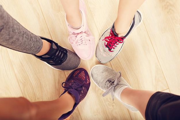 ジムで靴を履いた女性の脚の輪