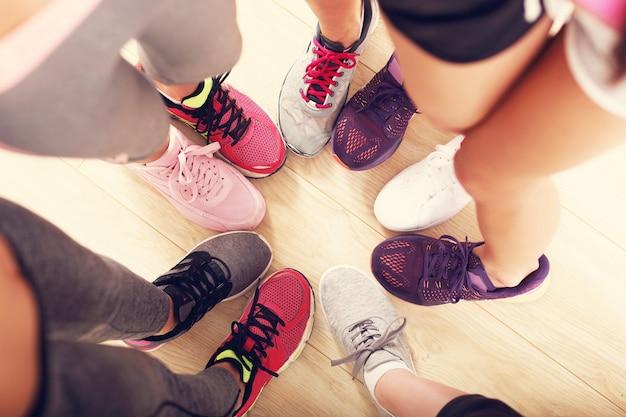 Круг женских ножек с обувью в тренажерном зале
