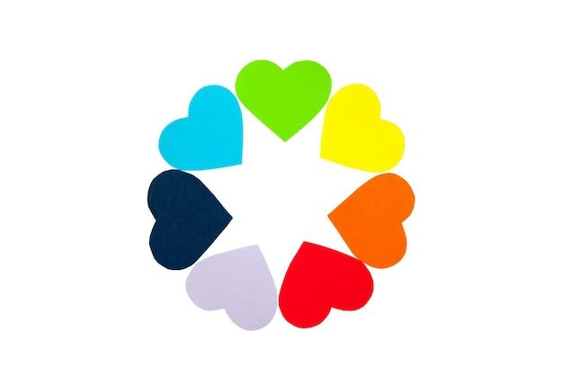 Круг цветов радуги бумажные сердца, изолированные на белом фоне. день святого валентина. концепция лгбт