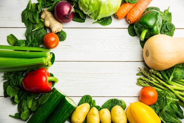 Круг овощей на столе