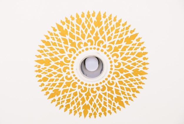 導かれた球根のまわりの伝統的なタイ様式の円パターン。
