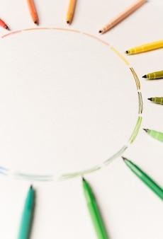 白い紙の上のマーカーで描かれた異なるカラフルなストロークを持つ円。カラフルなストロークのグラデーション。ロゴ、広告用のコピースペース