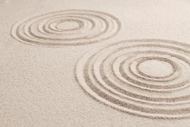 마음챙김 개념의 원형 선 모래 배경