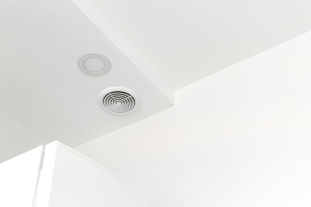 屋根の上の現代の家の家の内部の円形の換気、産業構造の設計写真