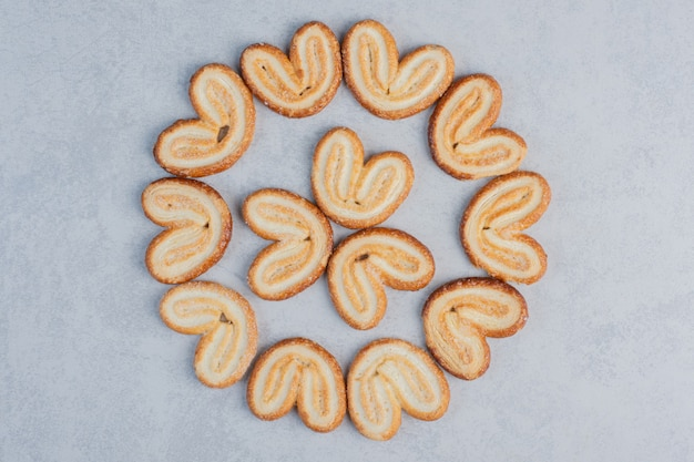 大理石の表面にフレーク状のクッキーを円形に配置