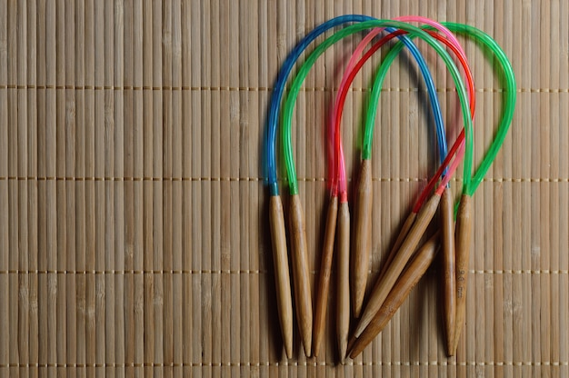 木製の表面に円形の竹編み針。