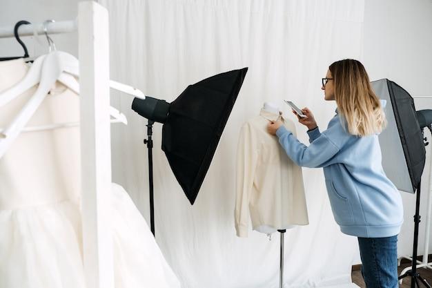 サーキュラーエコノミー中古ファストファッション持続可能なファッションショップの所有者が2番目の写真を撮る