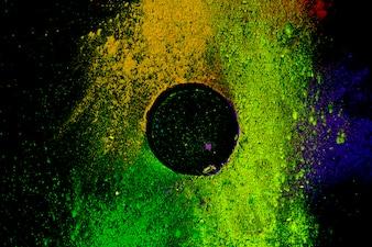 黒の背景に色とりどりの伝統的なパウダーカラーの円形のフレーム