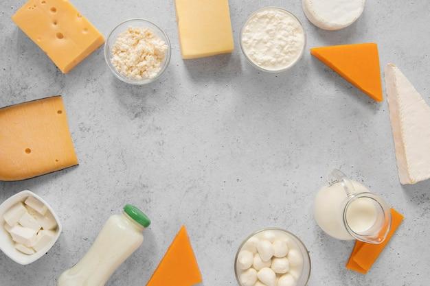 Cornice circolare con prodotti lattiero-caseari