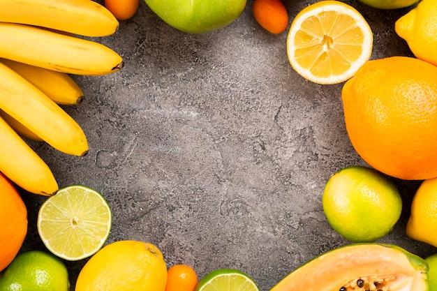 Cornice per frutta circolare con copia-spazio