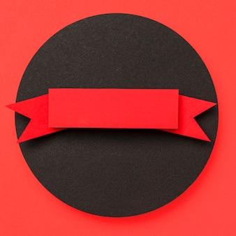 Круглая геометрическая форма из черной бумаги и бумаги