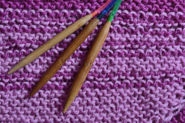 丸編みの針がビーチの隣にあります。