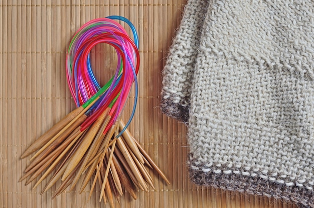 丸編みの針がビーチの隣にあります