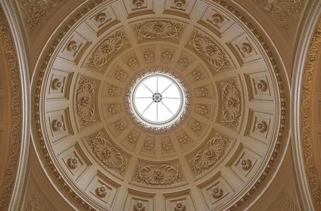 イギリスのバース市にある古い建物の窓のある円形の屋根