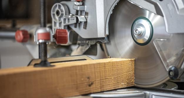 Циркулярная пила торцовочная пила сфотографирована в атмосфере мастерской.