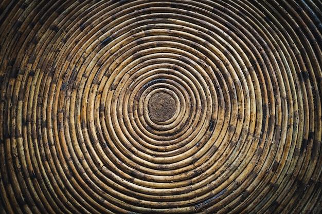 竹丼の円形の風合い。竹の屋根の下。らせん状の竹にねじれ