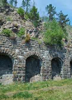 バイカル湖の海岸にあるcircum-baikal鉄道。イタリアの壁