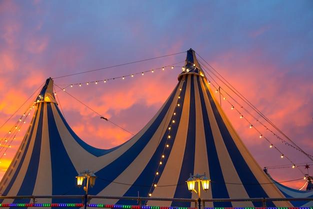 カラフルな劇的な夕焼け空のサーカスのテント