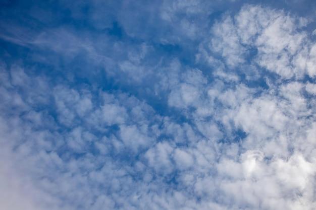 무더운 여름날의 권운 구름 잔잔한 날의 권운의 드문 보기