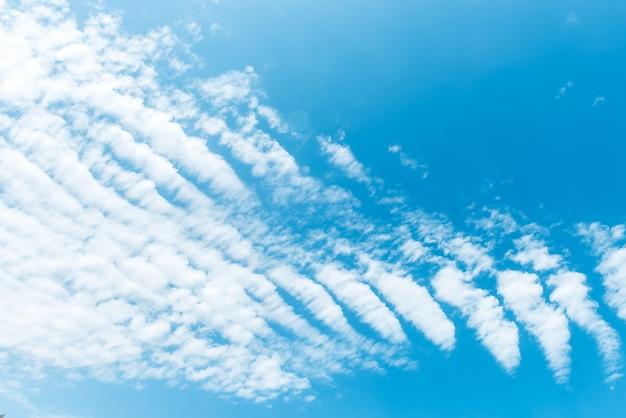 Перистые облака на голубом небе