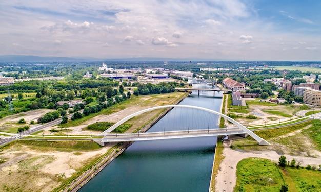 트램과 자전거를 탈 수있는 bassin vauban을 가로 지르는 citadelle bridge. 새로운 트램 라인 스트라스부르의 일부-프랑스와 독일을 연결하는 kehl