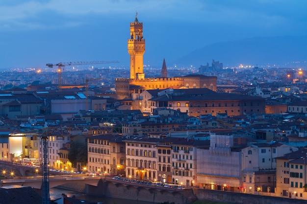 밤에 조명이 켜진 베키오 궁전(palazzo vecchio)이 있는 citiscape, 피렌체, 투스카니, 이탈리아