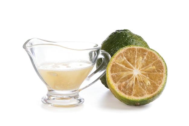 白い背景で隔離の柑橘類のダイダイの果実とジュース。