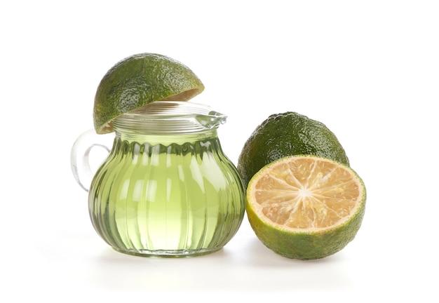 白い背景で隔離の柑橘類のオーランティウムの果実と油。