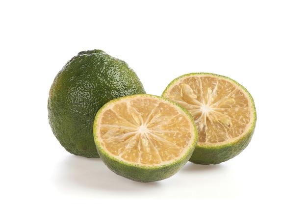 白い背景で隔離の柑橘類のオーランティウムの果実。