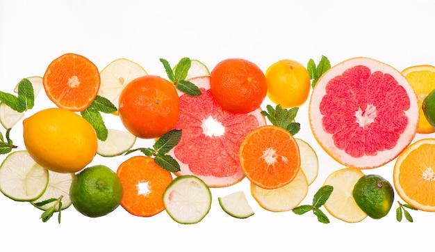 감귤류 배경. 신선한 감귤류 과일-레몬, 오렌지, 라임, 흰색 배경에 그 레이프
