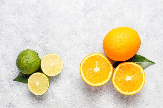 Sfondo di agrumi con agrumi freschi assortiti, limone, arancia, lime