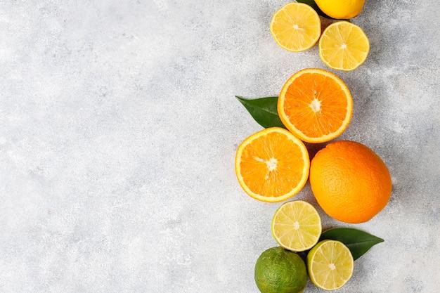 Цитрусовый фон с ассорти из свежих цитрусовых фруктов