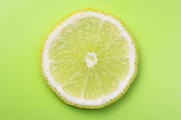 柑橘類の背景、レモンスライス、ライム。夏の壁紙、色のテクスチャ。