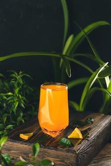 柑橘系のカクテル、オレンジジュース、ハイボールグラスの夏のレモネード