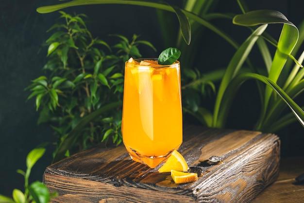 柑橘系のカクテル、オレンジジュース、ハイボールグラスの夏のオレンジレモネード