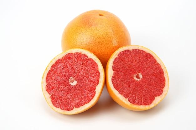白い背景の上の柑橘類カットフルーツグレープフルーツ