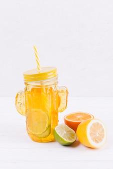 テーブルの上の柑橘系の飲み物