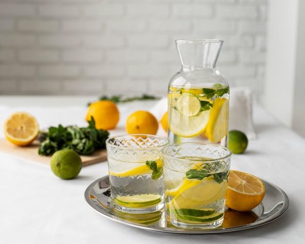 トレイの品揃えの柑橘系の飲み物