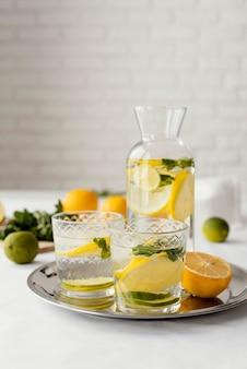 Bevande agli agrumi sulla disposizione del vassoio