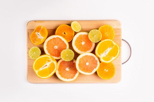 柑橘系の果物、大理石の背景にスライスにカット