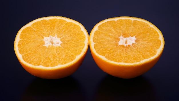 감귤류 과일. 어두운 배경에 오렌지 컷