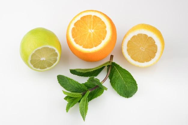 蜂蜜の受け皿と柑橘系の果物