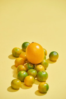 淡い黄色の背景に柑橘系の果物。